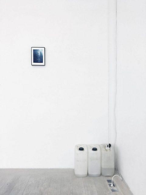 12 weeks of water – collected humidity, dehumidifier, metal frame, 200 x 300 cm, 2019 – Akademie Galerie, Düsseldorf