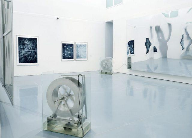 Raumschwankung (one day of water), 2019 Mirror, humidity, waterwheel, pump, glastank, rope. Installation view at Kunstpalast, Düsseldorf